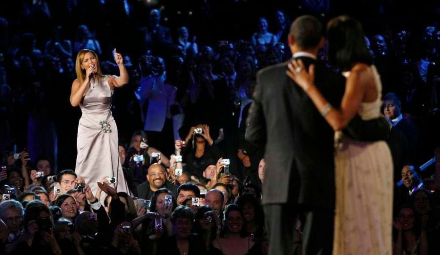 """Beyoncé Knowles a été choisie pour interpréter l'hymne national des Etats-Unis lors de la cérémonie d'investiture de Barack Obama, le 21 janvier, a annoncé mercredi la commission d'investiture présidentielle. La chanteuse de R&B et son mari, Jay-Z, sont des fervents supporters du président démocrate. Ils se sont activement engagés dans la campagne pour sa réélection, tout comme ils l'avaient déjà fait en 2008. (Photo: la diva avait notamment interprété sa version d'""""At Last"""" d'Etta James lors du bal inaugural de l'investiture d'Obama il y a quatre ans.) La Queen Bey voue en outre une admiration sans bornes à Michelle Obama, à qui elle a écrit une lettre dans laquelle elle la qualifie d'""""exemple ultime de la femme afro-américaine"""". Réciproquement, le chef de la Maison Blanche a déclaré: """"Beyoncé ne pourrait être un meilleur modèle pour mes filles"""", Sasha, 11 ans, et Malia, 14 ans. Retour sur une relation devenue amitié."""