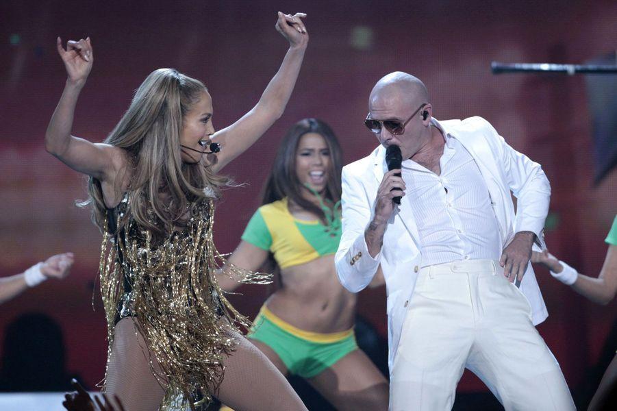 A Las Vegas dimanche, les Billboard Music Awards ont tenu leurs promesses. La cérémonie a mis à l'honneur Jennifer Lopez qui a reçu un «Icon award». Arrivée au bras de son compagnon Casper Smart, la bomba latina a donné sur scène un avant-goût de la Coupe du monde de football en interprétant avec Pitbull et Claudia Leitte «We Are One», leur tube qui raisonnera bientôt dans les stades brésiliens. La belle Shakira a également mis le feu lors de cette soirée à laquelle de nombreuses stars ont répondu présentes, dont Robin Thicke et Ricky Martin.