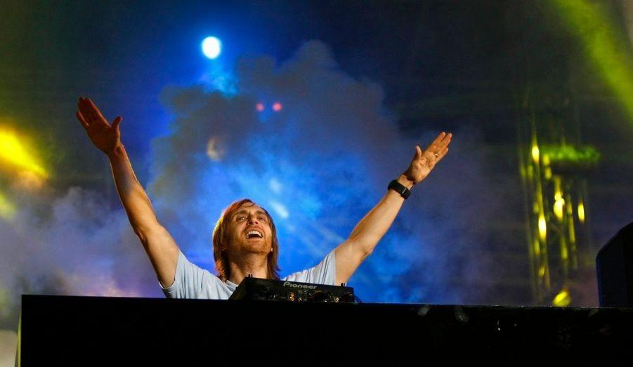 """Classé en deuxième position l'année dernière, David Guetta prend la tête des artistes français les mieux payés pour 2011, selon le magazine """"Challenges"""". Avec 3,2 millions d'euros gagnés en 2011, il devance Eddy Mitchell, dont les albums """"Come Back"""" et """"Ma dernière séance"""" se sont vendus à 100 000 exemplaires. Retour en images sur le top 10 des Français les mieux payés de la musique."""