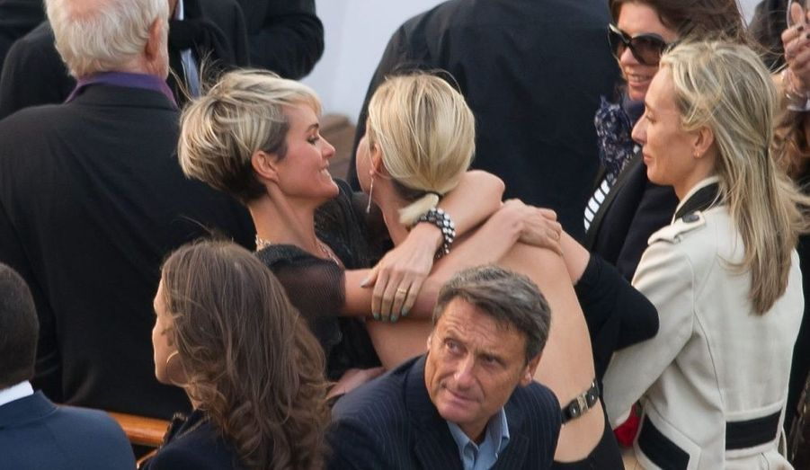 Elle embrasse ici Estelle Lefébure, l'ex-épouse de David Hallyday.