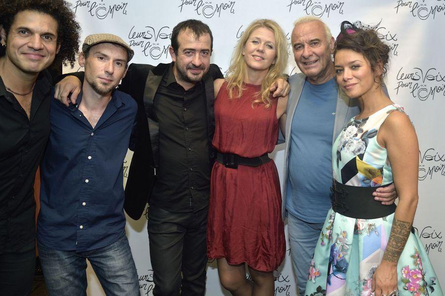 Michel Fugain et son groupe Pluribus au concert «Leurs voix pour l'Espoir» à Paris, le 18 septembre 2014.