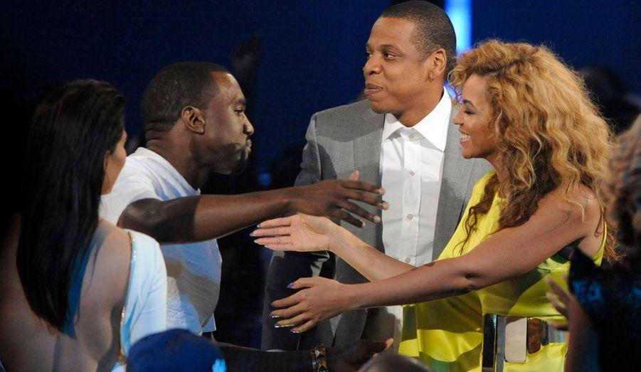 Beyoncé félicite Kanye West et Jay-Z après qu'ils ont reçu le prix du meilleur clip vidéo. Kim Kardashian était également présente.