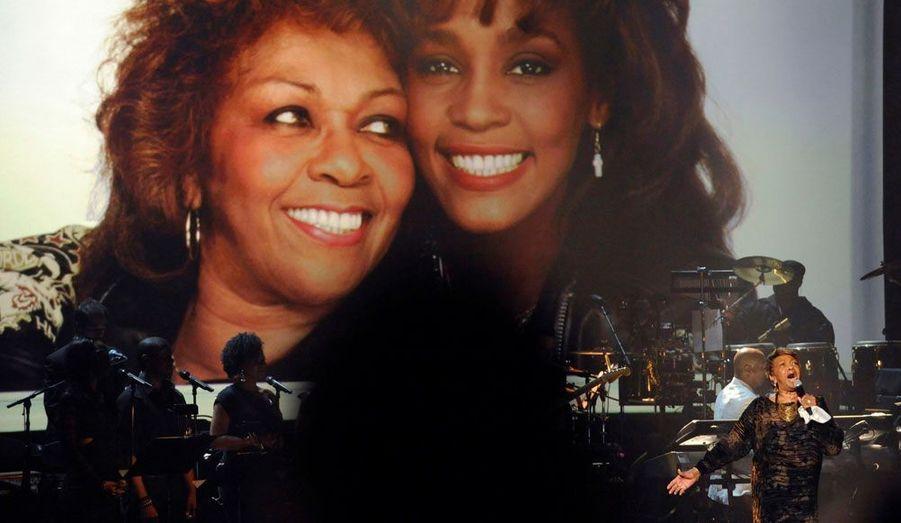La mère de Whitney Houston, Cissy Houston, a interprété un morceau en l'honneur de sa fille.