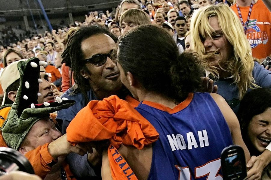 Avec Joakim Noah lors de sa victoire avec les Florida Gators, avril 2006