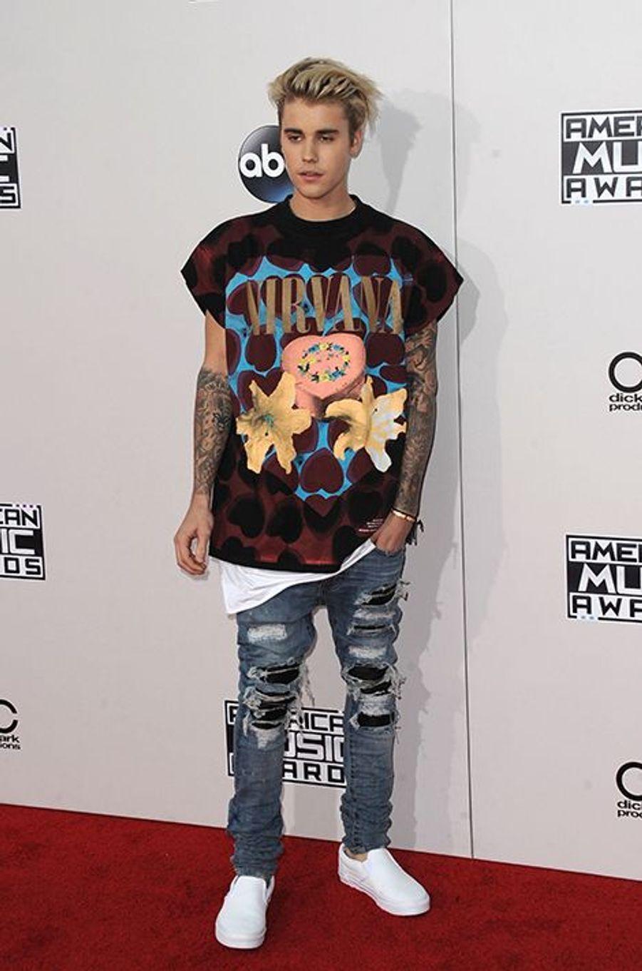 Justin Bieber en tee-shirt Fear of God, en jeans Amiri et en chaussures Vans