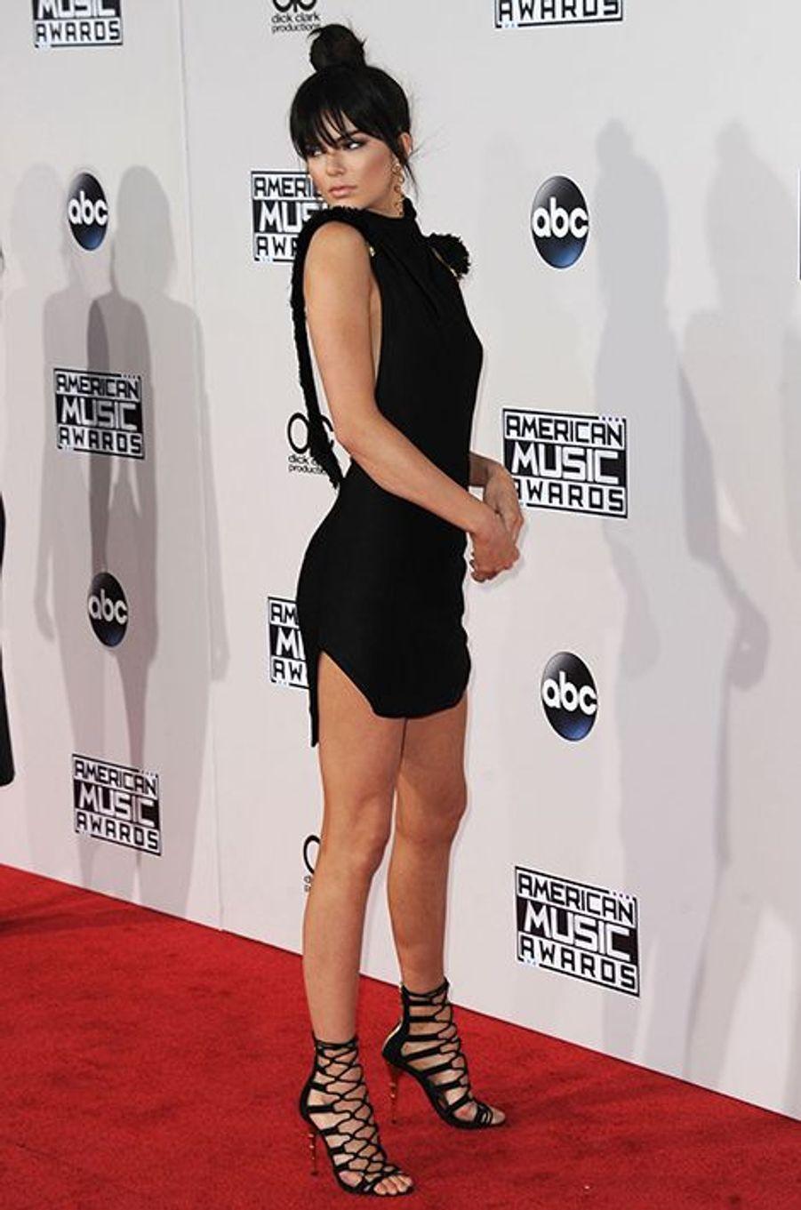 Kendall Jenner en robe Oriett Domenech et chaussures Balmain