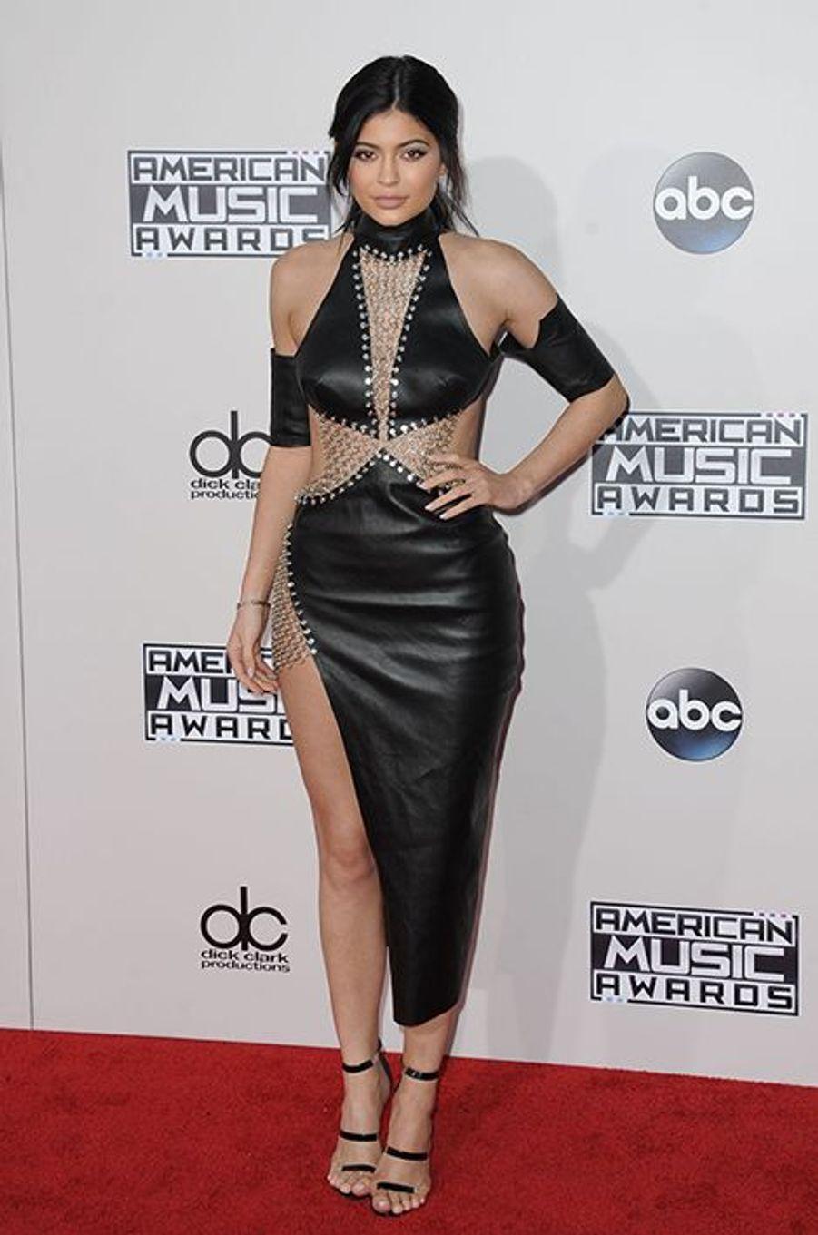 Kylie Jenner en robe Bryan Hearns et chaussures Tamara Mellon