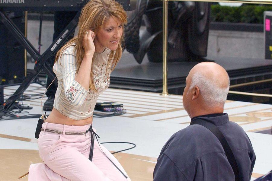 """René aide Céline à répéter pour l'émission """"NBC Today Show"""", mai 2002"""