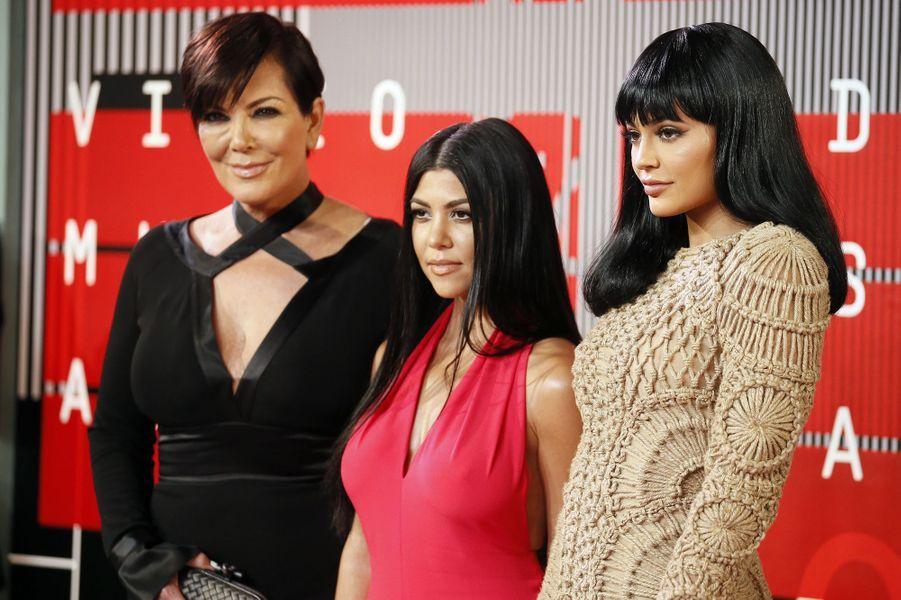 Kris Jenner (G), Kourtney Kardashian (C) et Kylie Jenner (D) arrivent aux MTV Video Music Awards 2015 dimanche soir.