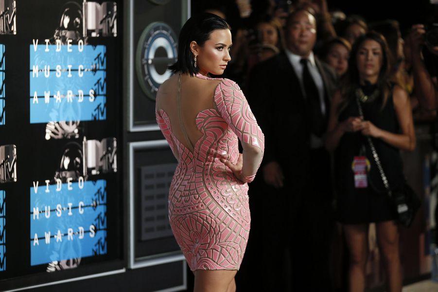 La chanteuse Demi Lovato arrive aux MTV Video Music Awards 2015 dimanche soir.