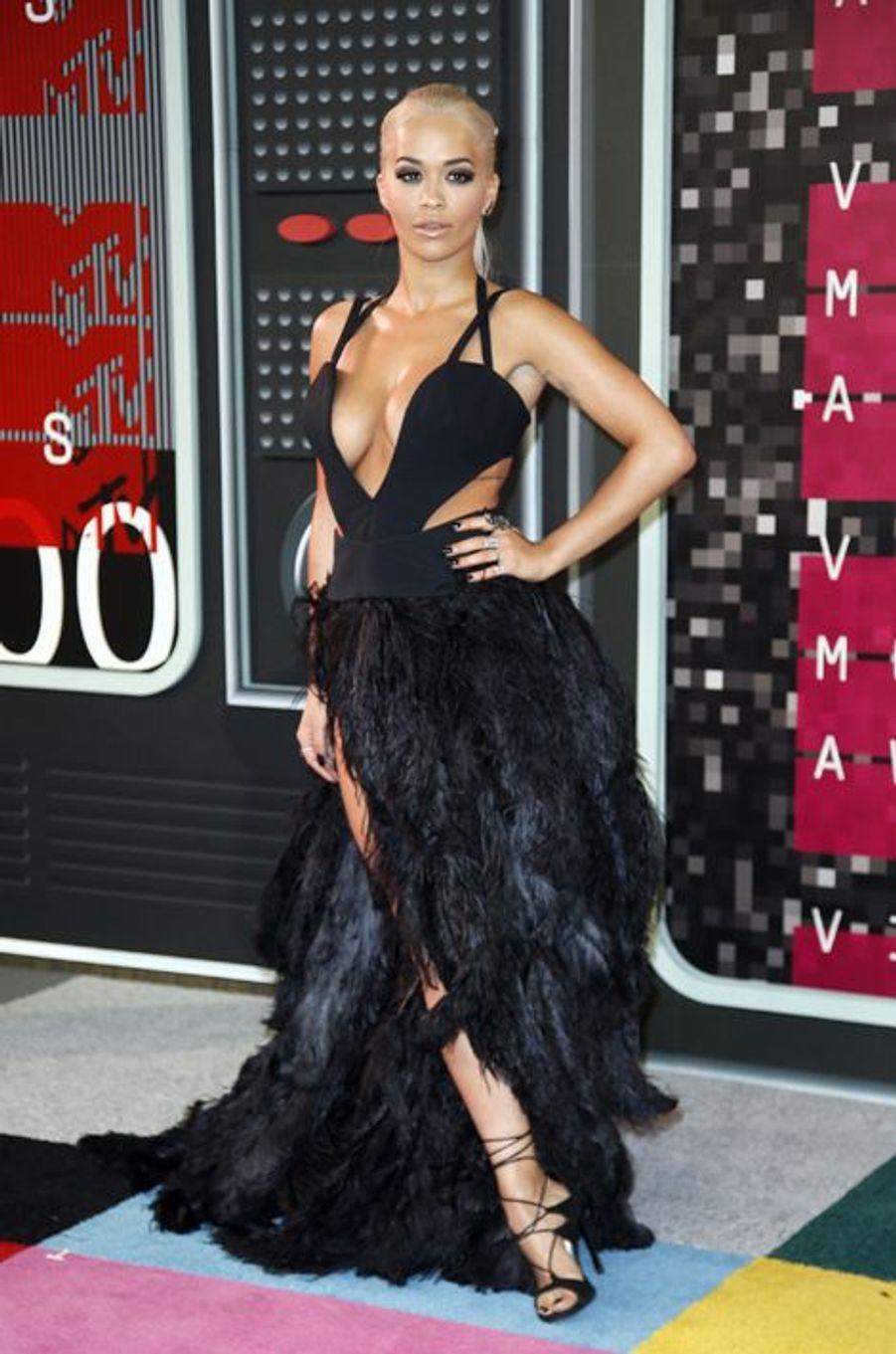 La chanteuse Rita Ora arrive aux MTV Video Music Awards 2015 dimanche soir.