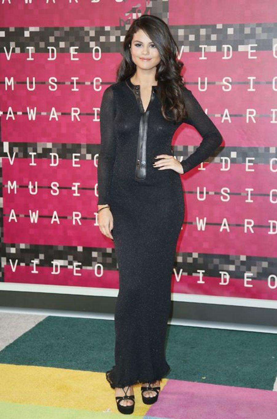 La chanteuse Selena Gomez arrive aux MTV Video Music Awards 2015 dimanche soir.