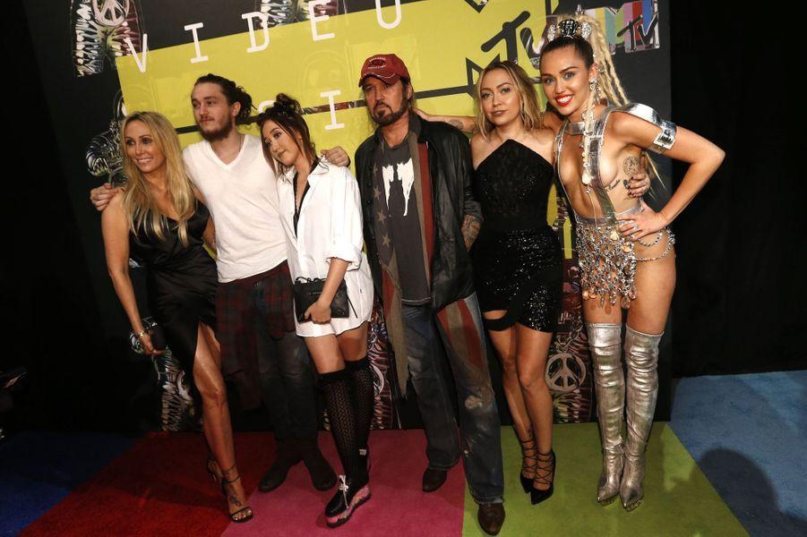 La clan Cyrus arrive aux MTV Video Music Awards 2015 dimanche soir pour soutenir Miley, la présentatrice du spectacle.
