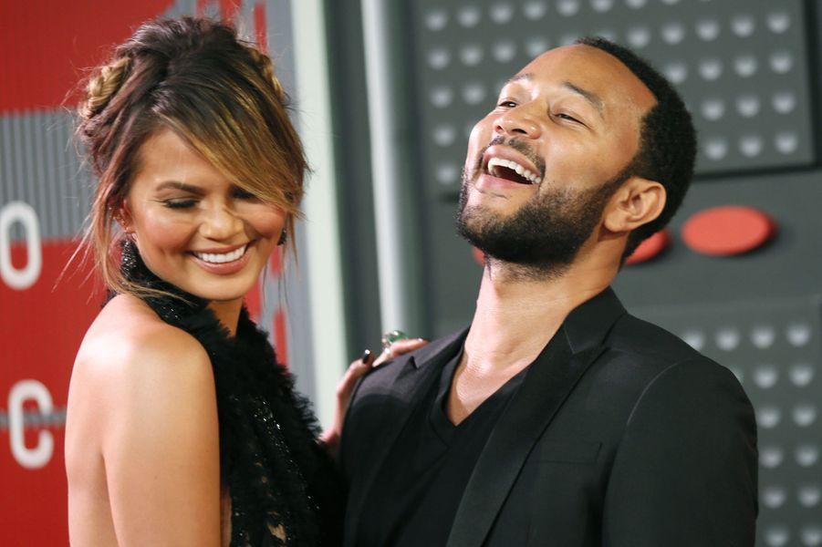 Le chanteur John Legend et le mannequin Chrissy Teigen arrivent aux MTV Video Music Awards 2015 dimanche soir.