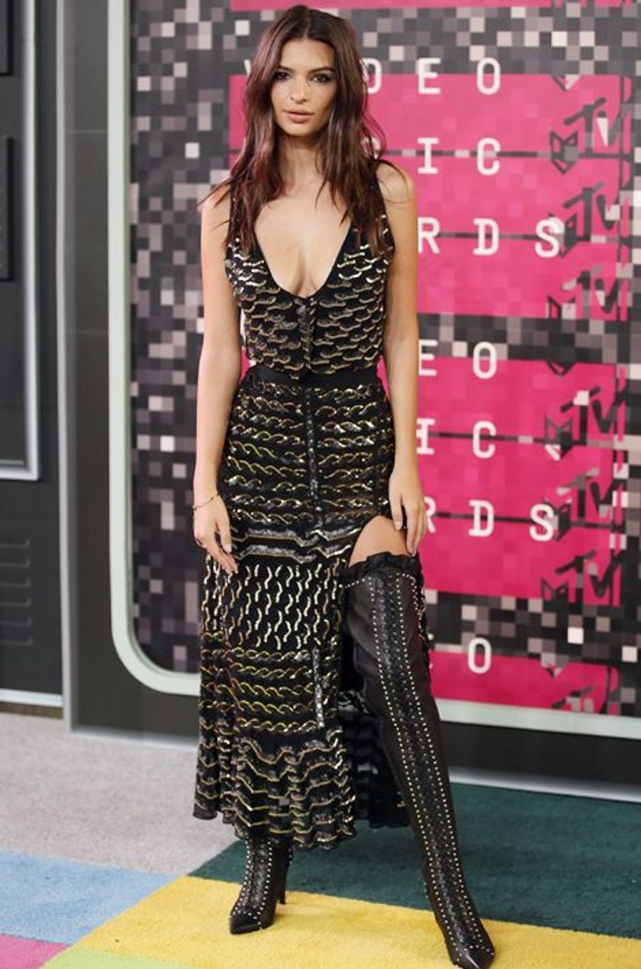 Le mannequin Emily Ratajkowski arrive aux MTV Video Music Awards 2015 dimanche soir.