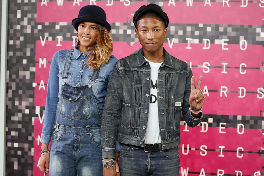 Le musicien Pharrell Williams et sa femme, Helen Lasichanh, arrivent aux MTV Video Music Awards 2015 dimanche soir.
