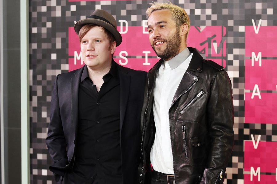 "Patrick Stump (G) et Pete Wentz (D) du groupe ""Fall Out Boy"" arrivent aux MTV Video Music Awards 2015 dimanche soir."