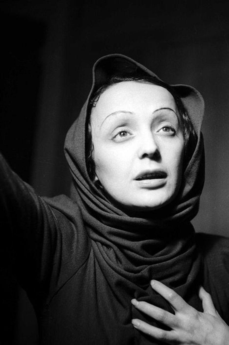 1940 : Edith Piaf joue dans la pièce «Le Bel Indifferent» aux Bouffes Parisiennes, au côté de Jean Cocteau.
