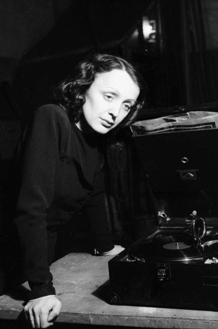 1940 : Edith Piaf joue dans la pièce «Le Bel Indifferent» aux Bouffes Parisiennes, au côté de Jean Cocteau