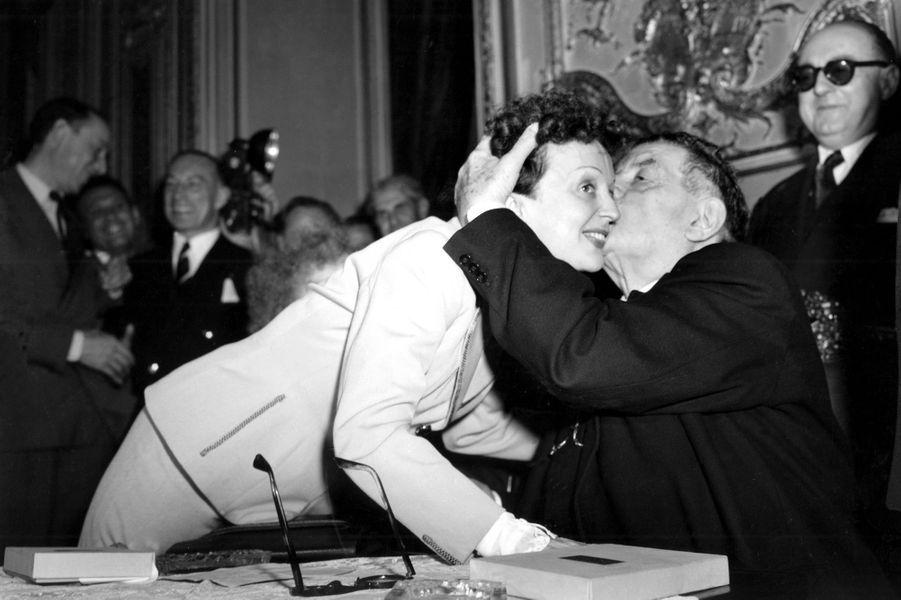 Juin 1952 : Edith Piaf et Edouard Herriot reçoivent le Prix de l'Academie du Disque Français à Paris