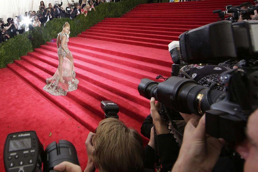 Beyoncé fait sensation au Metropolitan Museum of Arts, à New York, le 4 mai 2015.
