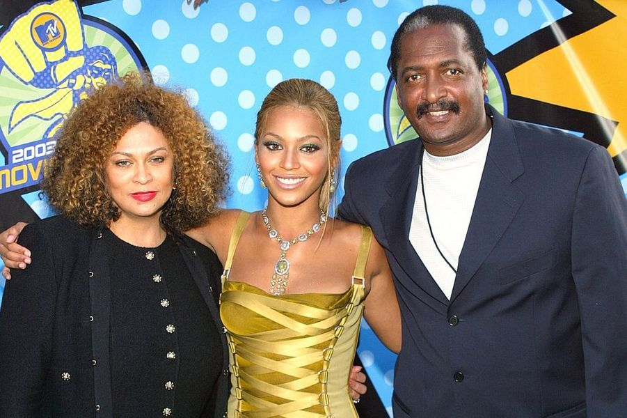 Beyoncé pose avec ses parents sur le red carpet des MTV Awards 2003.