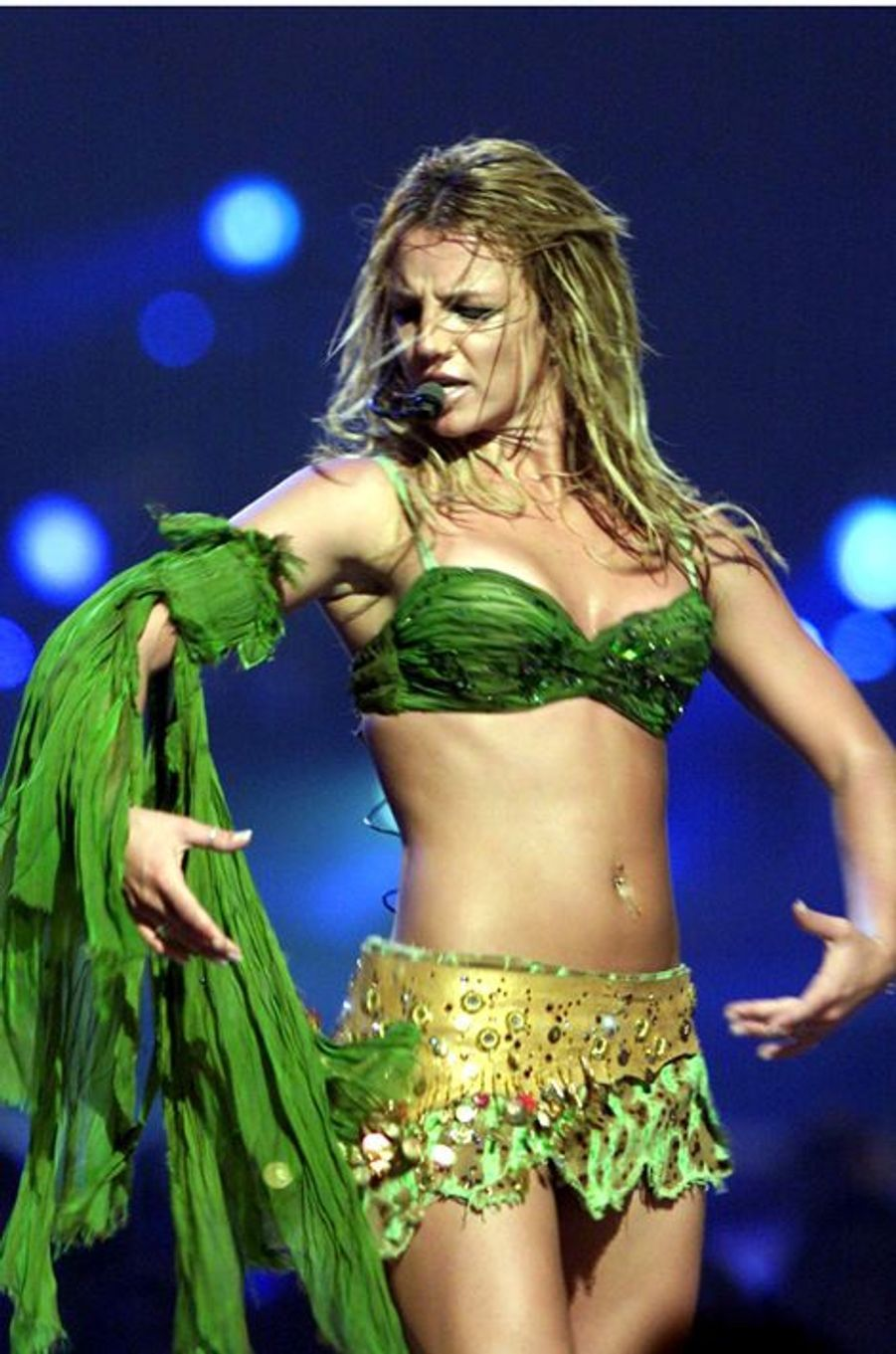 "Britney chante ""I'm slave 4 u"" sur la scène du National Car Rental Center de Sunrise, en Floride, le 13 juillet 2002."