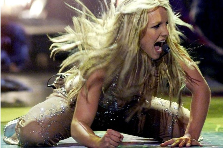 """Britney Spears chante """"Oops i did again"""" aux MTV VMA à New York, le 7 septembre 2000."""
