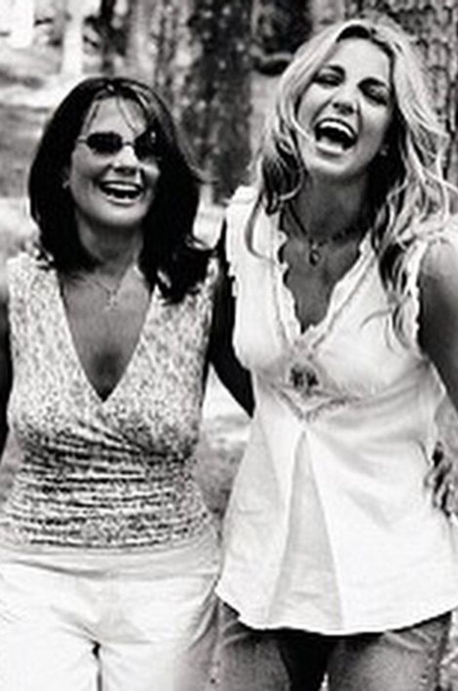 Britney Spears publie cette photo avec sa mère pour la Fête des mère, le 11 mai 2015.