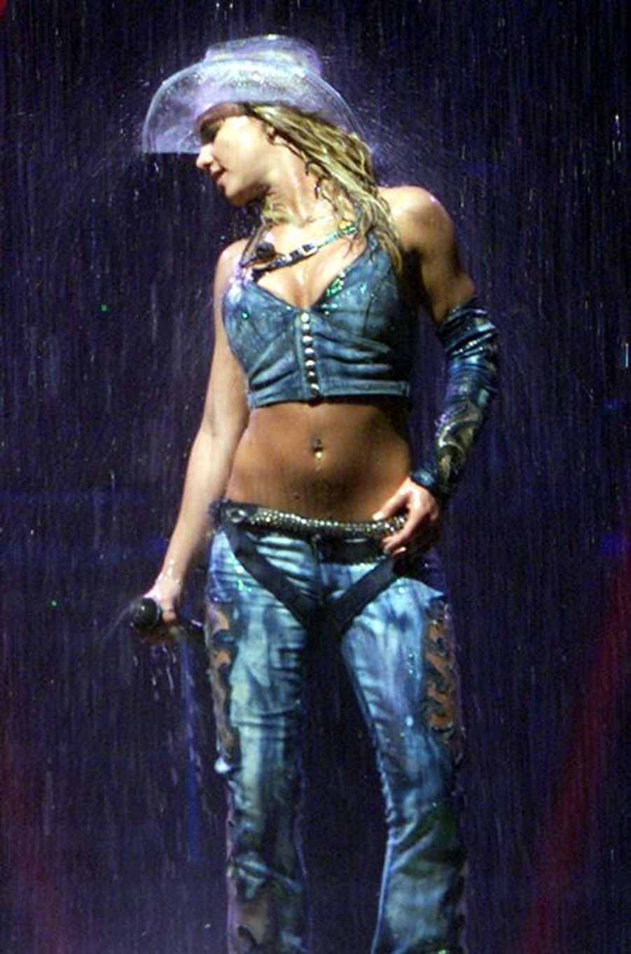 Britney sur la scène du National Car Rental Center de Sunrise, en Floride, le 13 juillet 2002.