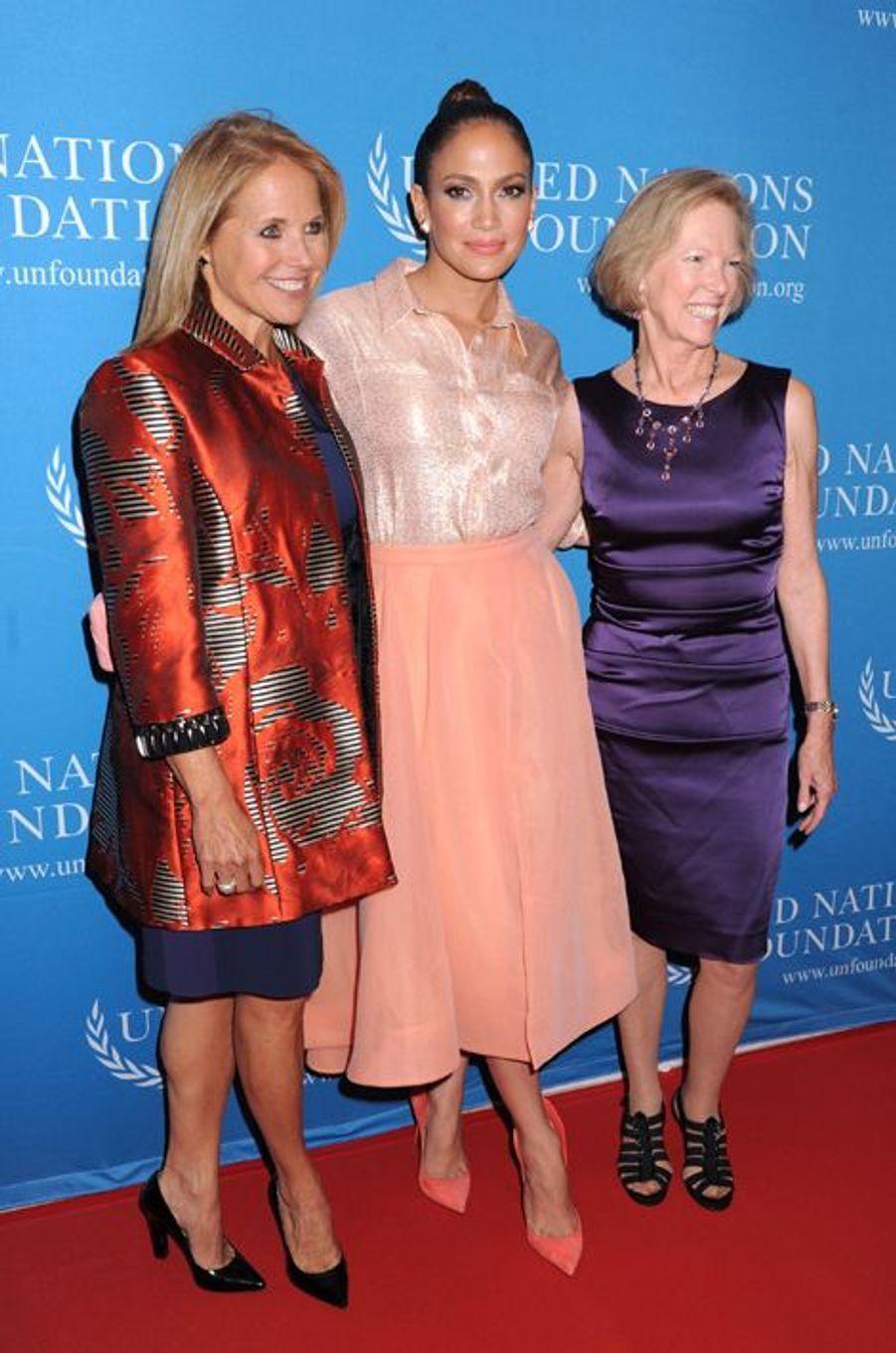 La journaliste Katie Couric (G), Jennifer Lopez (C) et Kathy Calvin, la présidente de la Fondation des Nations Unies.