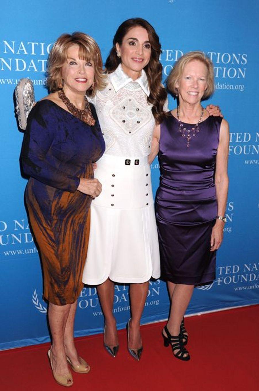 Pat Mitchell (G), Rania (C) et Kathy Calvin, la présidente de la Fondation des Nations Unies.
