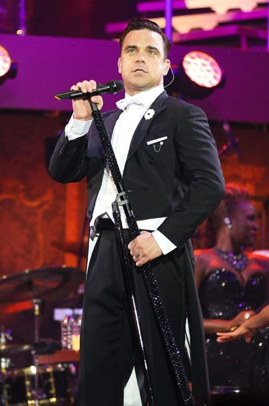 Avant les One Direction, il y avait les Take That. Et s'il y en a bien un qui pourrait enrichir le jeune groupe de son expérience au sein d'un boys band anglais, c'est Robbie Williams. Au vu de l'énergie qu'a déployé le chanteur de 41 ans lors de ses dernières prestations sur scène, il se pourrait bien que ce soit lui qui fatigue ses petits camarades britanniques.
