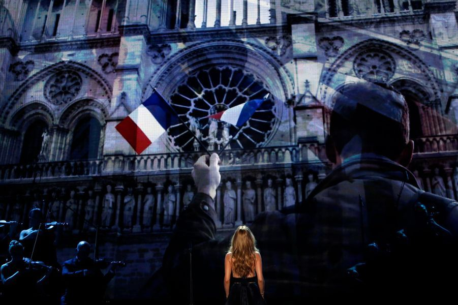 Céline Dion chante «L'Hymne à l'amour» aux American Music Awards 2015 le 22 novembre, à Los Angeles