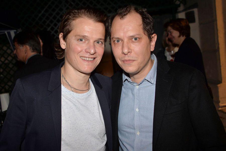 Bénabar et son frère, Sébastien, célèbrent les 20 ans de carrière du chanteur dans le 9e arrondissement de Paris.