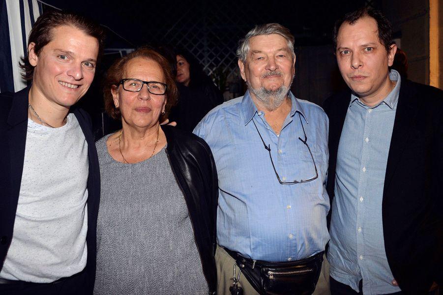 Bénabar, sa mère, son père et son frère célèbrent les 20 ans de carrière du chanteur dans le 9e arrondissement de Paris.