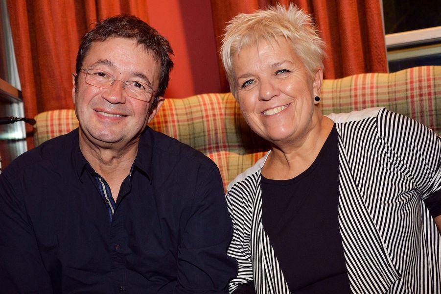 Frédéric Bouraly et Mimie Mathy célèbrent les 20 ans de carrière de Bénabar dans le 9e arrondissement de Paris.