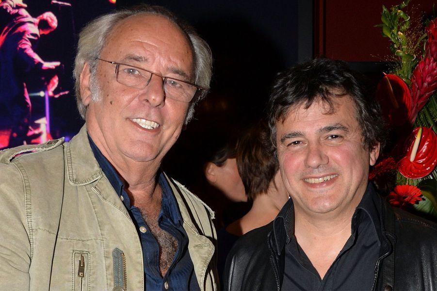 Maxime Le Forestier et Patrick Pelloux célèbrent les 20 ans de carrière de Bénabar dans le 9e arrondissement de Paris.