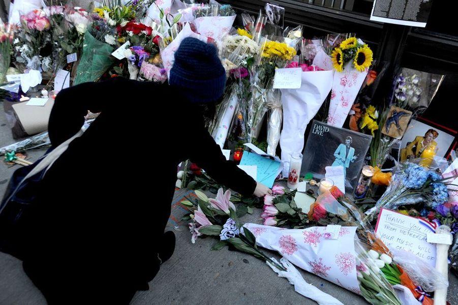 A New York, au pied de son appartement, ses fans disent adieu au Starman