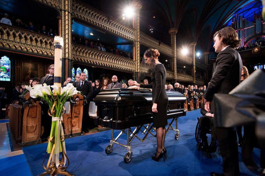 Céline Dion dépose deux lys noirs sur le cercueil de René Angélil