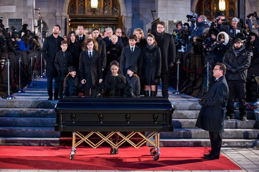 Céline Dion et ses enfants devant le cercueil