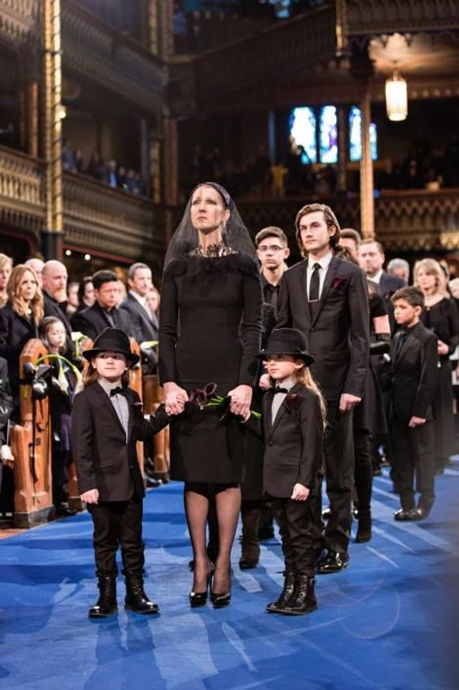 Entrée de Céline Dion et des enfants à l'intérieur de la Basilique