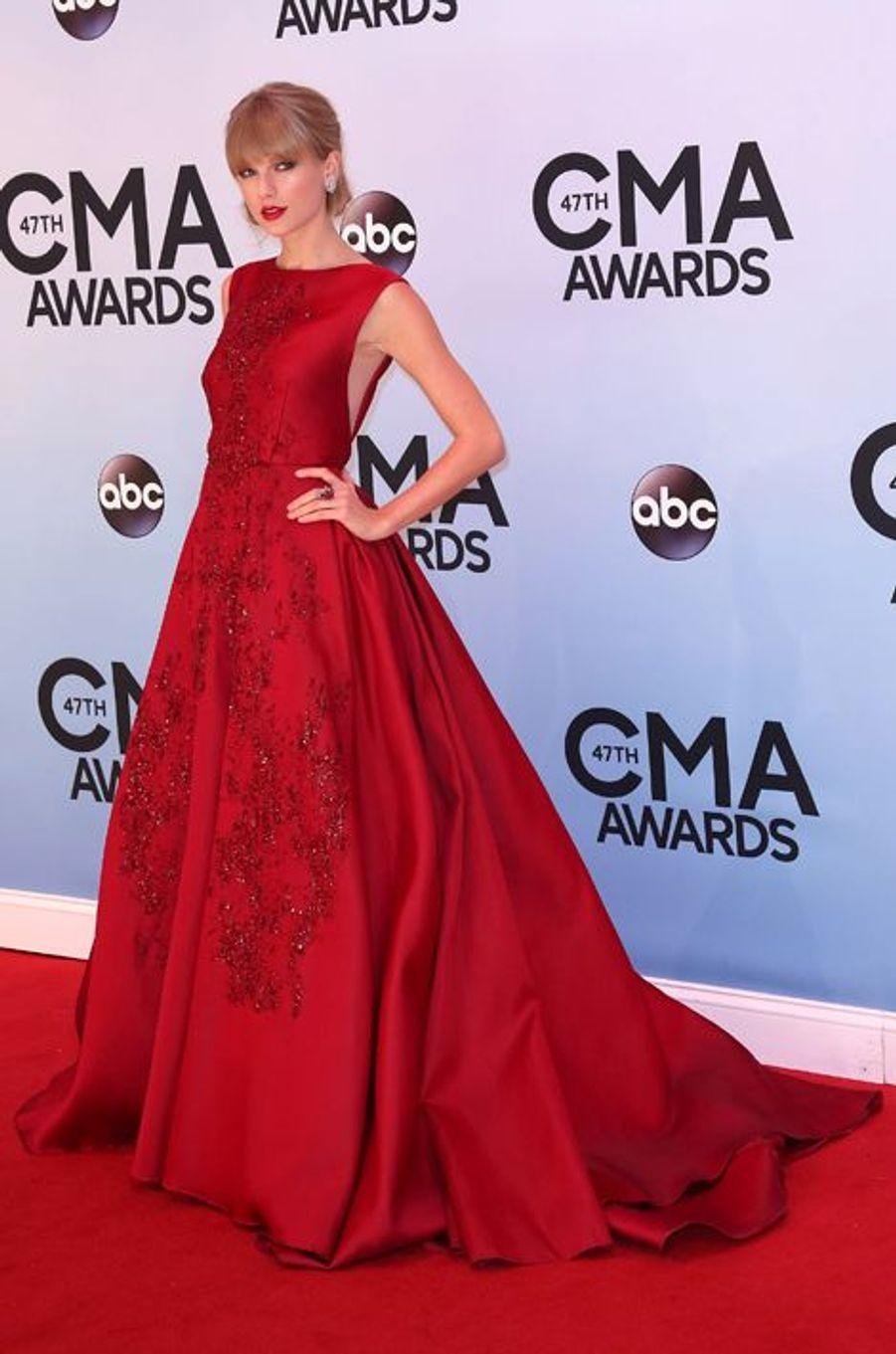 Taylor Swift en Elie Saab Couture aux CMA Awards, en novembre 2013