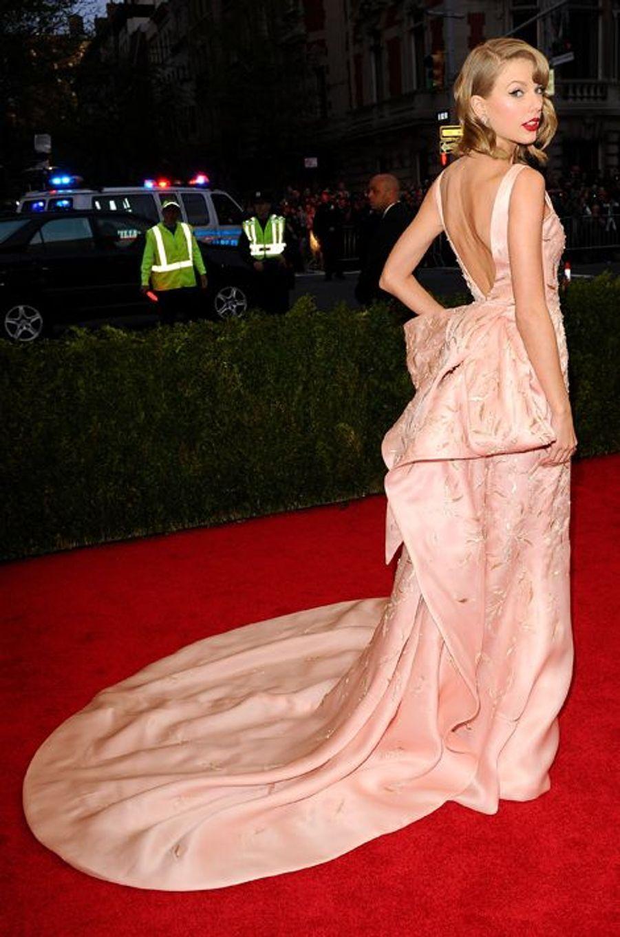 Taylor Swift en Oscar de la Renta au gala du Met, en mai 2014