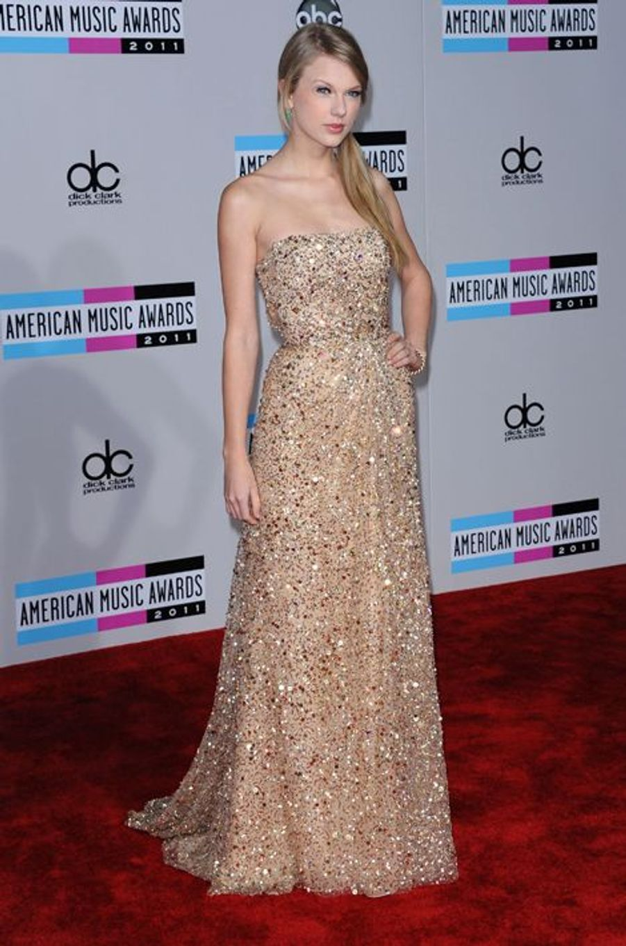Taylor Swift en Reem Acra aux American Music Awards, en novembre 2011