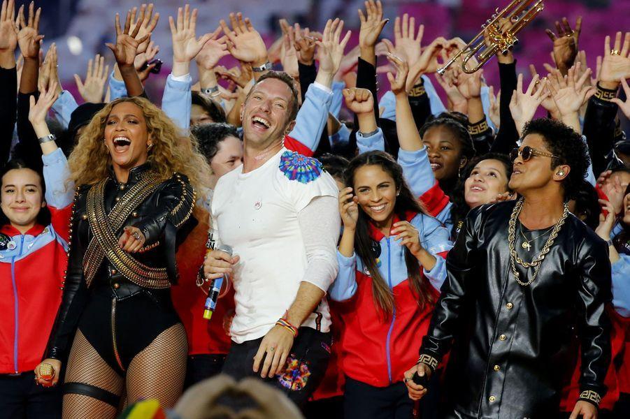 Beyoncé, Chris Martin et Bruno Mars sur scène lors de la finale du Super Bowl à Santa Clara, le 7 février 2016