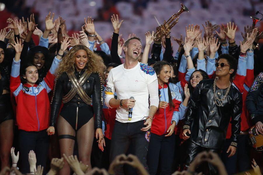 Beyoncé, Coldplay et Bruno Mars sur scène lors de la finale du Super Bowl à Santa Clara, le 7 février 2016