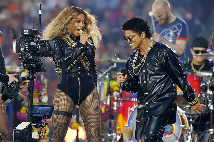 Beyoncé et Bruno Mars sur scène lors de la finale du Super Bowl à Santa Clara, le 7 février 2016