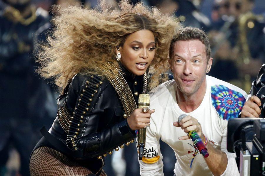 Beyoncé et Chris Martin sur scène lors de la finale du Super Bowl à Santa Clara, le 7 février 2016
