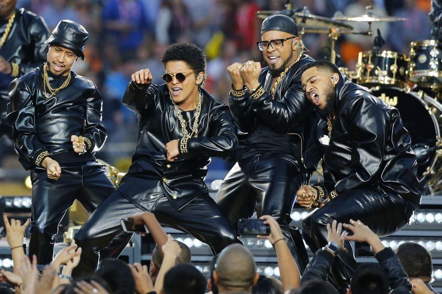 Bruno Mars sur scène lors de la finale du Super Bowl à Santa Clara, le 7 février 2016